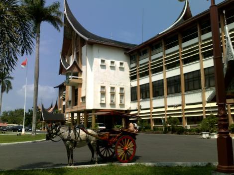 bendi-dan-kantor-gubernur-02-07-2012
